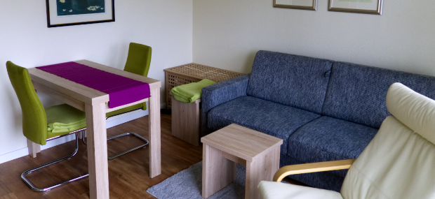 App 6 Wohnzimmer Richtung Tisch und Truhe