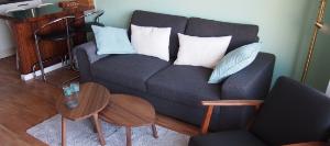 App 7 Wohnzimmer gegen Sofa 300x133